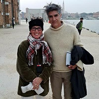 Stadtführerin Susanne Kunz-Saponaro mit dem Kurator der 15. Architekturbiennale Alejandro Aravena