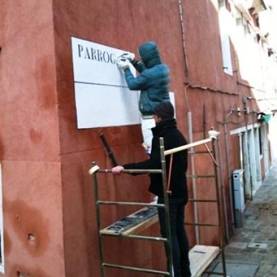 Führung durch den Alltag in Venedig - Schilder für Straßennamen