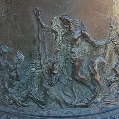 Fahnenstange vor dem Arsenal mit Bild des Meeresgottes