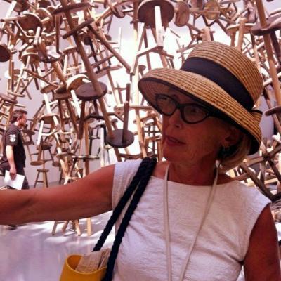 Führungen zur Kunst der Moderne: die Biennale Führerin Susanne Kunz-Saponaro vor einer Installation in der Giardini im Länderpavillon Deutschlands (Ai Wei Wei 2013)