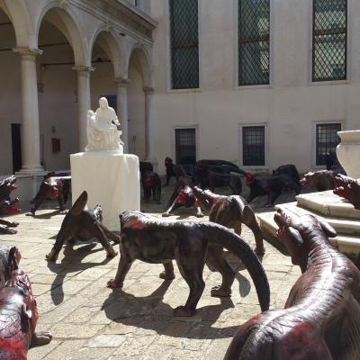ca. 100 Wölfe umkreisen eine Kopie von Michelangelos Pietà aus der Peterskirche