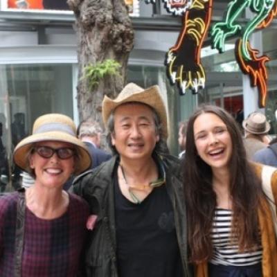 Führungen zur modernen Kunst: die Biennale-Führerin Susanne Kunz-Saponaro mit dem koreanischen Künstler Cody Choi bei der Vernissage (mit der Architekturstudentin Cosima Saponaro) vor dem Pavillon von Korea