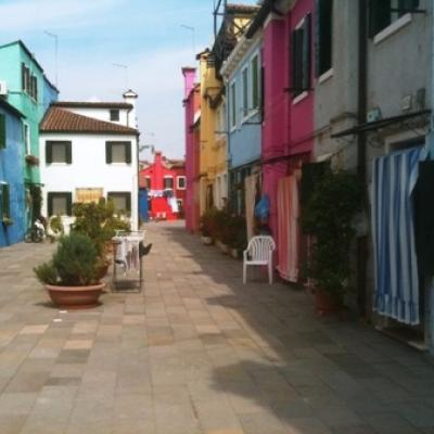 Bunte Häuser auf der Insel Burano in der Lagune von Venedig