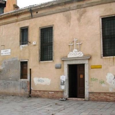 schlichtes Eingangsportal zum Kreuzträger Oratorium bei der Kirche Santa Maria dei Gesuati