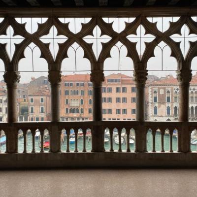 Blick durch das Masswerkfenster der Ca d´Oro auf die Paläste des Canal Grande