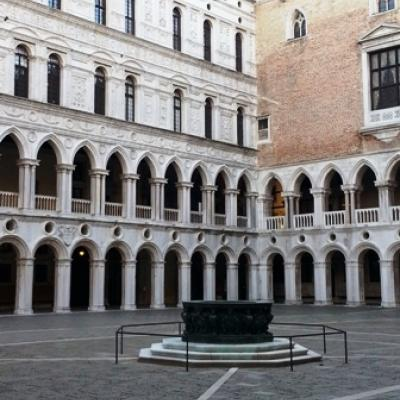 Innenhof des Dogenpalastes mit Zisterne