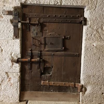 """Alte hölzerne Gefängnistür in den sogenannten """"neuen"""" Gefängnissen des Dogenpalastes"""
