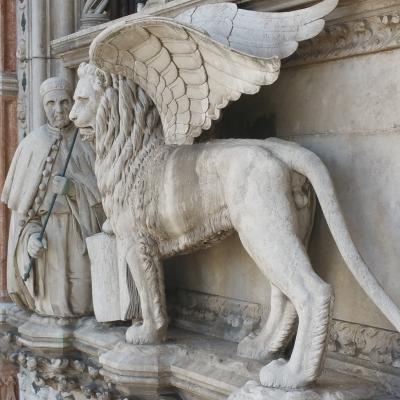 der Doge Francesco Foscari kniet vor dem geflügelten Löwe