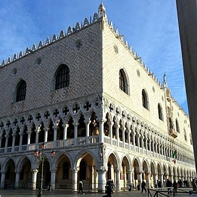 Blick auf die beiden Fassaden des Dogenpalastes in Venedig zum Hafenbecken und zur Piazzetta