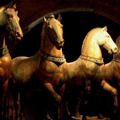 Die vier Bronzepferde, die die Venezianer aus Konstantinopel nach Venedig gebracht und der Fassade der Kirche aufgestellt haben. Heute ist diese einzigartige Bronze im Dommuseum zu sehen.