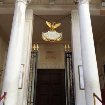 Der Feuervogel (Fenice) am Eingang des Opernhauses