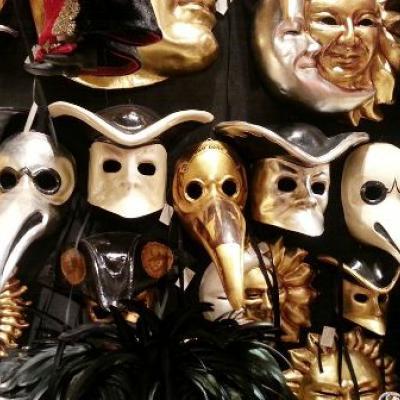 viele verschiedene Masken aus der Ca´ del Sol
