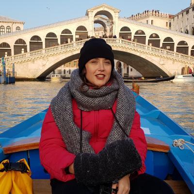 Stadtführerin Isabel Saponaro auf einer Bootsfahrt vor der Rialtobrücke