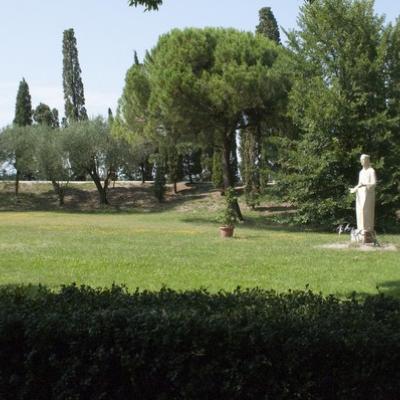Ruhe und Erholung im Garten der Insel San Francesco del Deserto in der Lagune von Venedig