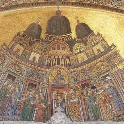 die Markuskirche in einem Mosaik des 13. Jhs an der Fassade von San Marco