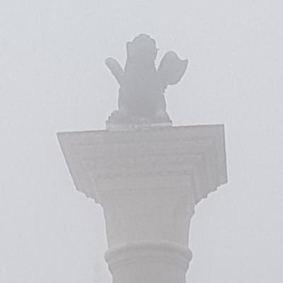 Markussäule mit Markuslöwe im Nebel