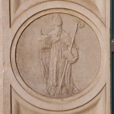Fassadenrelief Santa Maria dei Miracoli mit Bischof und Kirchenmodell