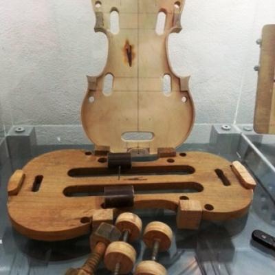 Bestandteile in Holz einer Geige