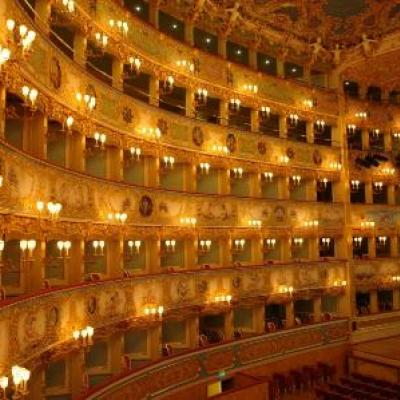 Blick in das gold glitzernde Innere des Opernhauses La Fenice