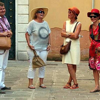 Stadtführerin Susanne Kunz-Saponaro mit Kunden auf einer recht lustigen Führung