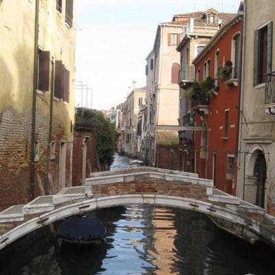einzige Brücke in Venedig ohne Geländer