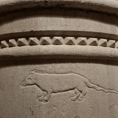 in Stein gemeißelte Ratte auf einer Säule des Palastes der Familie Contarini Pisano