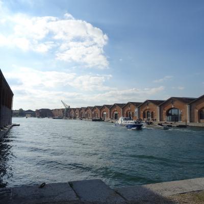 Blick in das Hafenbecken mit Werften