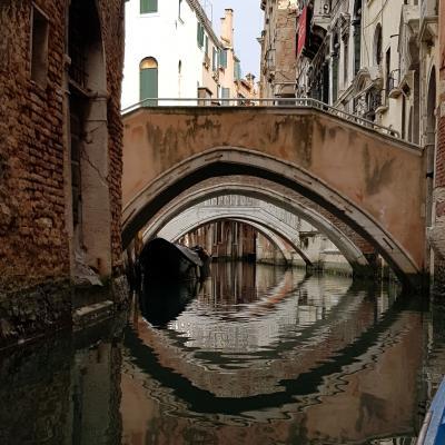 ponti reali e i loro reflessi nell'acqua