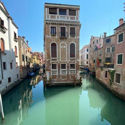 Palast auf kleiner Insel in spiegelglattem Wasser