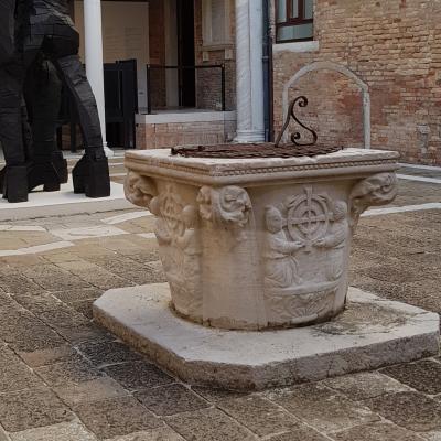 Brunnenaufsatz im Innehof der Bruderschaft mit deren Logo