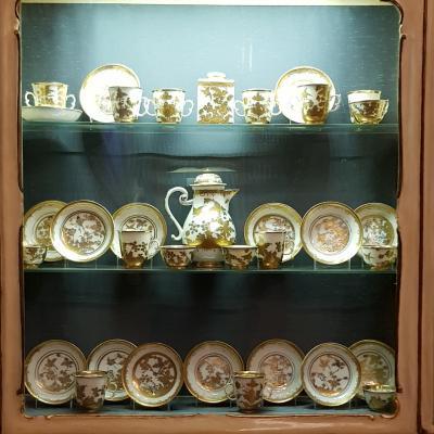 Porzellan Service aus Meissen in einer Vitrine