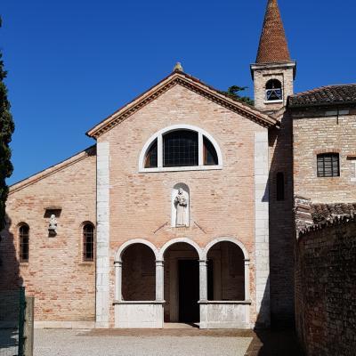 Fassade der ersten Franziskanerkirche weltweit