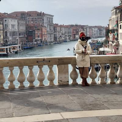 la guida turistica Susanne Kunz durante un tour in Livestream sul Ponte di Rialto