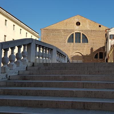diese Brücke führt zur Kirche San Lorenzo