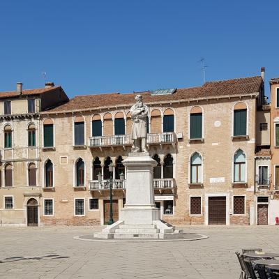 Führung durch die Stadtsechstel in Venedig: auf dem Campo Santo Stefano