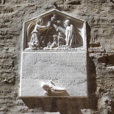 Inschriftenstein mit Verkündigung und Schuh am ehemaligen Sitz der Bruderschaft der deutschen Schuster in Venedig