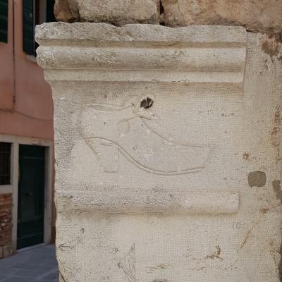 Hinweisschild auf die Scuola der deutschen Schuster in Venedig in San Marco