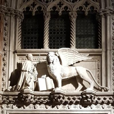 Doge Foscari davanti al Leone di San Marco