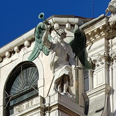 Verkündigungsengel an der Fassade von S. M. del Giglio