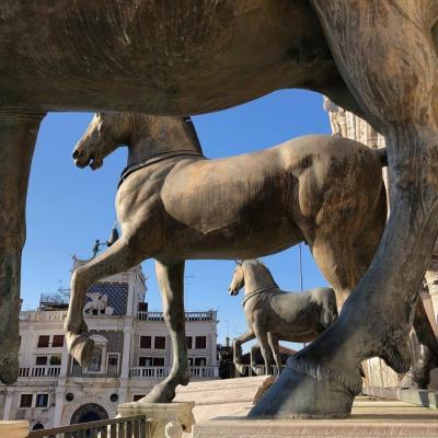 gli antichi cavalli bronzei e dorati sulla facciata di San Marco