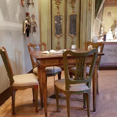 Innenraum mit Spieltisch und Stühlen in der Ca´ Goldoni