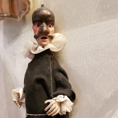 Marionette mit Gesichtsmaske