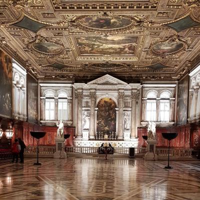 prachtvoller Kapitelsaal voller Meisterwerke