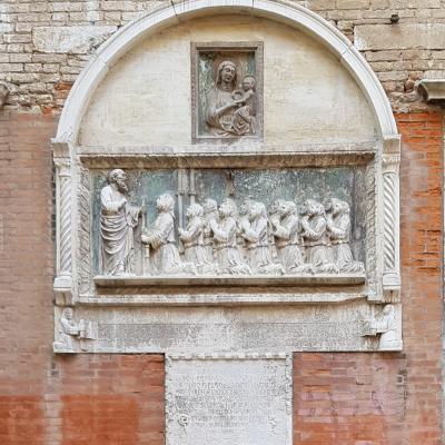 Relief mit den vor dem Heiligen knieenden Mitgliedern der Bruderschaft