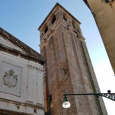 Glockenturm der Kirche San Silvestro am Rialto